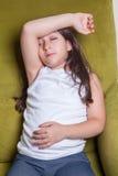 Um sentimento de assento da menina pequena bonita do Oriente Médio pequena mau Imagens de Stock Royalty Free