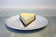 Um serviço do bolo de queijo Imagem de Stock