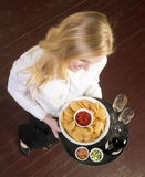 O servidor fêmea atrativo novo traz o alimento Tr do vinho e do aperitivo Imagem de Stock