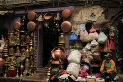 Um shopkeer na parte velha do mercado em Kathmandu Imagens de Stock Royalty Free