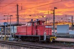 Um shunter na estação de Karlsruhe - Alemanha fotos de stock royalty free
