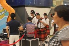Um sich vorzubereiten zeigen die Dudelsäcke Team im SHENZHEN Tai Koo Shing Commercial Center an Stockbild