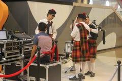 Um sich vorzubereiten zeigen die Dudelsäcke Team im SHENZHEN Tai Koo Shing Commercial Center an Stockfotos