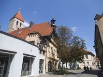 Um sidestreet em Regensburg com uma construção agradável imagens de stock royalty free