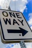Um signage da estrada da maneira Fotos de Stock Royalty Free