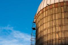 Um silo velho no por do sol Fotos de Stock Royalty Free
