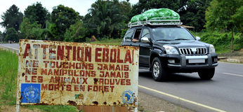 Um sinal adverte que os visitantes que a área é um Ebola contaminaram Fotografia de Stock