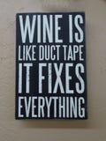 """Um sinal com o """"Wine do provérbio é como o canal toma-o fixa o  do everything†foto de stock"""