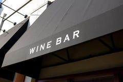 Um sinal da barra de vinho foto de stock