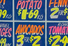 Um sinal da loja da fruta Fotografia de Stock Royalty Free