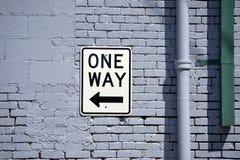 Um sinal da maneira na parede de tijolo Fotografia de Stock