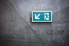 Um sinal da saída fixado em uma estação de metro foto de stock royalty free