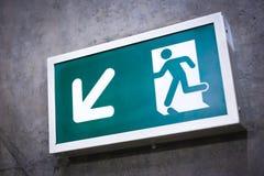 Um sinal da saída fixado em uma estação de metro imagem de stock royalty free