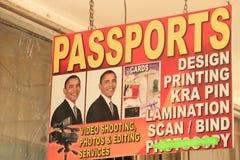 Um sinal de anúncio com um retrato do presidente Barack Obama dos E.U. para um passaporte em Nairobi imagens de stock