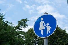 Um sinal de aviso alemão para famílias imagens de stock royalty free