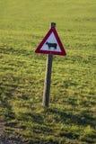 Um sinal de aviso com uma vaca preta projetada imagens de stock royalty free