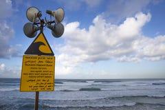 Um sinal de aviso do tsunami fotografia de stock