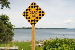 Um sinal de estrada na extremidade da estrada imagens de stock royalty free
