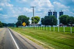 Um sinal de estrada que descreve o cavalo e o transporte em Shipshewana, Indiana fotos de stock