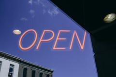 Um sinal de néon aberto do negócio Imagens de Stock