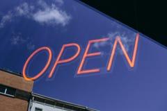 Um sinal de néon aberto do negócio Imagem de Stock