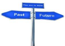 Um sinal de rua azul ao passado e ao futuro e agora Fotos de Stock