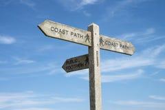 Um sinal de sentido para o trajeto da costa. Fotos de Stock