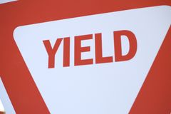 Um sinal de tráfego vermelho e branco do rendimento Imagens de Stock Royalty Free