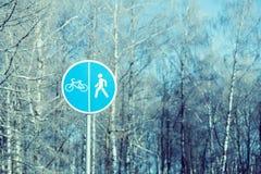 Um sinal de um trajeto da bicicleta e de um pedestre no parque imagens de stock royalty free