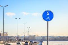 Um sinal de um trajeto da bicicleta na cidade Fotografia de Stock