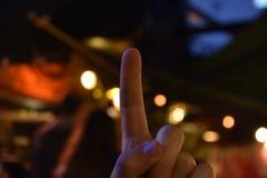 Um sinal do dedo, fundo das luzes da cidade, efeito do bokeh fotos de stock royalty free