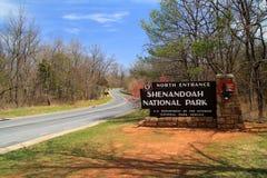 Um sinal elaborado dá boas-vindas a visitantes à movimentação da skyline no parque nacional de Shenandoah fotos de stock royalty free