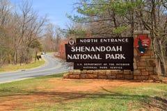 Um sinal elaborado dá boas-vindas a visitantes à movimentação da skyline no parque nacional de Shenandoah imagem de stock