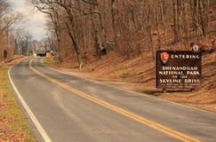 Um sinal elaborado dá boas-vindas a visitantes à movimentação da skyline no parque nacional de Shenandoah fotos de stock
