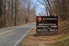 Um sinal elaborado dá boas-vindas a visitantes à movimentação da skyline no parque nacional de Shenandoah imagens de stock royalty free