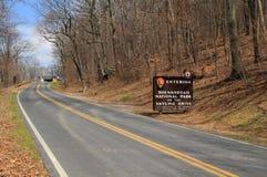 Um sinal elaborado dá boas-vindas a visitantes à movimentação da skyline no parque nacional de Shenandoah imagem de stock royalty free