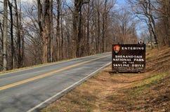 Um sinal elaborado dá boas-vindas a visitantes à movimentação da skyline no parque nacional de Shenandoah imagens de stock