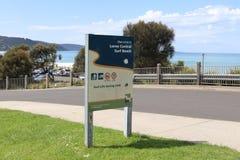Um sinal em Lorne Surf Beach com sentidos ao clube do salvamento da ressaca imagens de stock royalty free