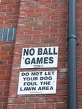 Um sinal fora acima no provérbio branco e preto da parede nenhumas bolas GA Imagem de Stock Royalty Free