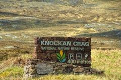 Um sinal mostra o penhasco de Knockan, Escócia Fotografia de Stock Royalty Free