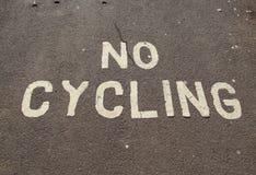 Um sinal não de ciclagem pintado no pavimento na esplanada em Sidmouth, Devon imagem de stock royalty free