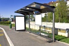 Um sinal na estação de autocarro Fotos de Stock Royalty Free
