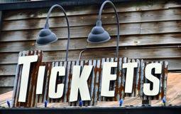 Um sinal para vendas do bilhete imagens de stock
