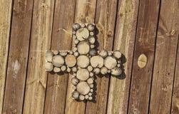 Um sinal positivo unido à parede de madeira foto de stock