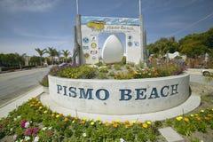 Um sinal que dá boas-vindas a povos à praia de Pismo em Califórnia do sul foto de stock royalty free