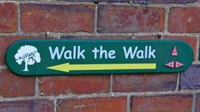 Um sinal que diz a visitantes que maneira de andar no arboreto de Arley na região central da Inglaterra em Inglaterra imagem de stock