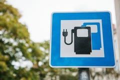 Um sinal que indica um lugar especial para veículos elétricos de carregamento Um modo de transporte moderno e eco-amigável Imagens de Stock Royalty Free