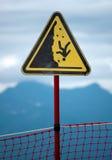 Um sinal que indica o perigo da queda nas montanhas Imagem de Stock Royalty Free