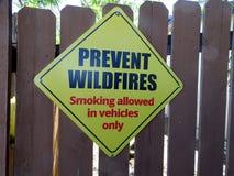 Um sinal que pede a prevenção dos incêndios violentos que mostram o fumo permitido nos veículos somente fotos de stock royalty free