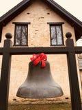 Um sino com uma fita vermelha na propriedade de Ashland - KENTUCKY fotografia de stock royalty free